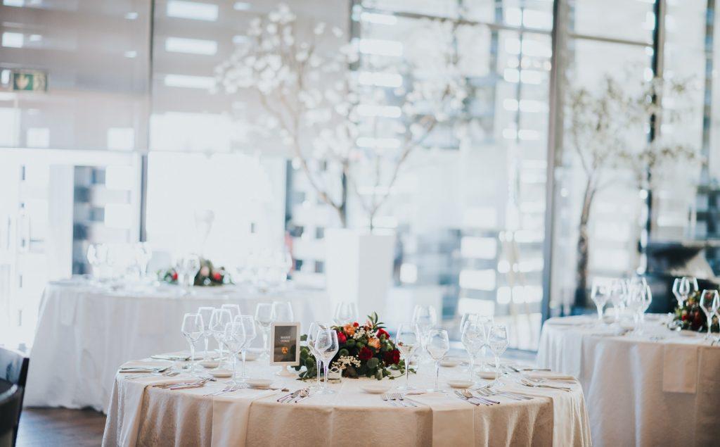mesa de casamento com marcador personalizado