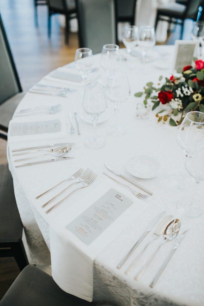 mesa de casamento com ementas personalizadas