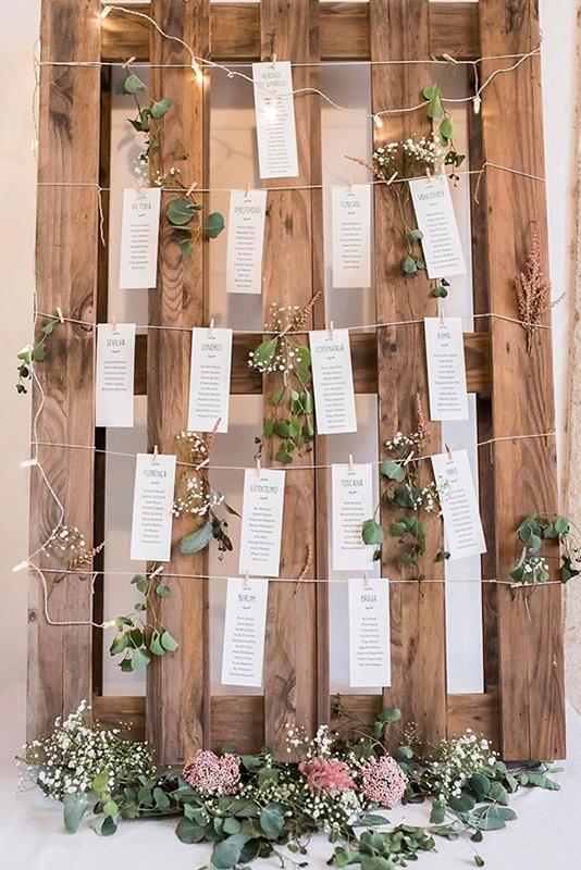 seating plan para casamento rústico com palete de madeira e cartões personalizados