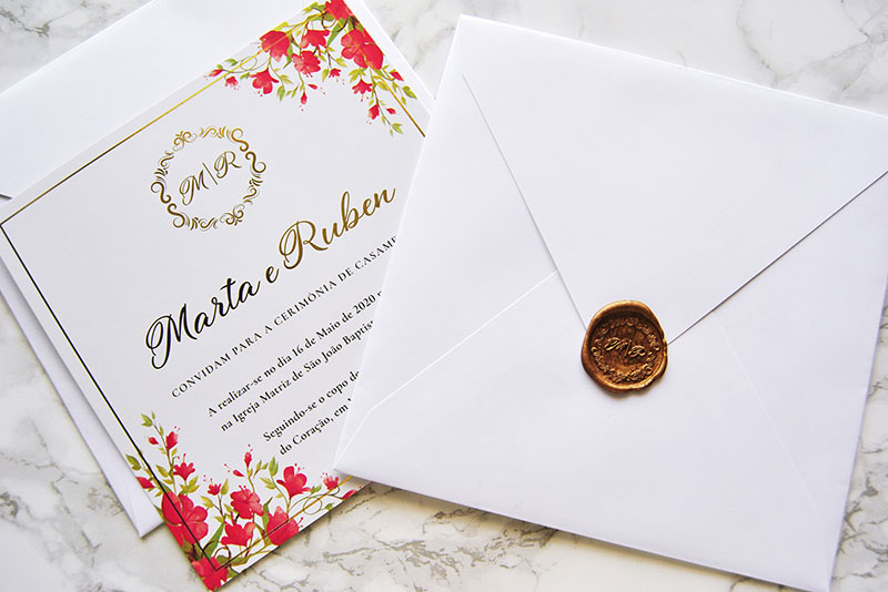 convite de casamento clássico com estampagem dourada e lacre personalizado