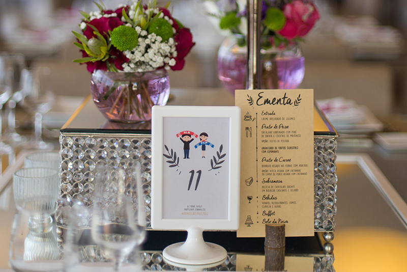 ementa e marcadores de mesa personalizados para casamento com história dos noivos