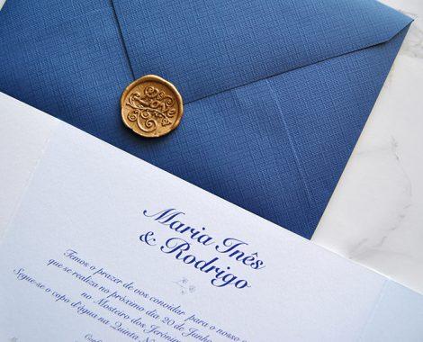 convite de casamento clássico com envelope azul navy e lacre dourado
