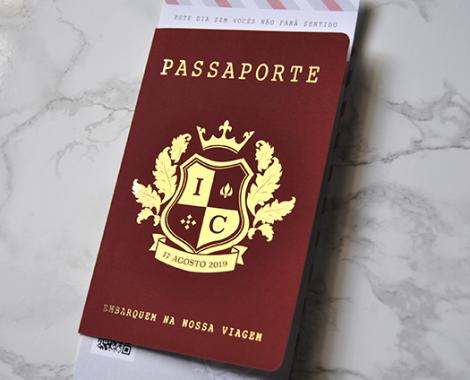 convite casamento estilo passaporte com estampagem dourada